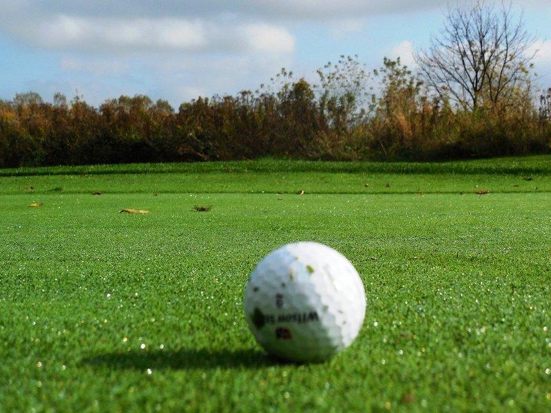 Golfboll på green