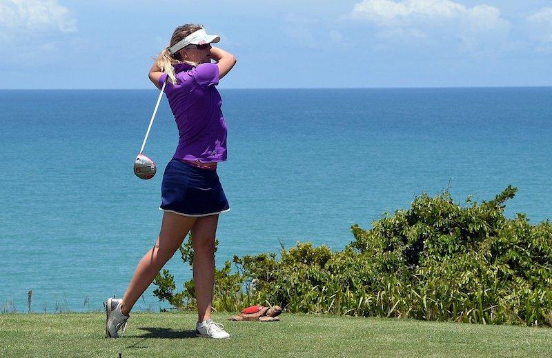 Golfspelare på tee