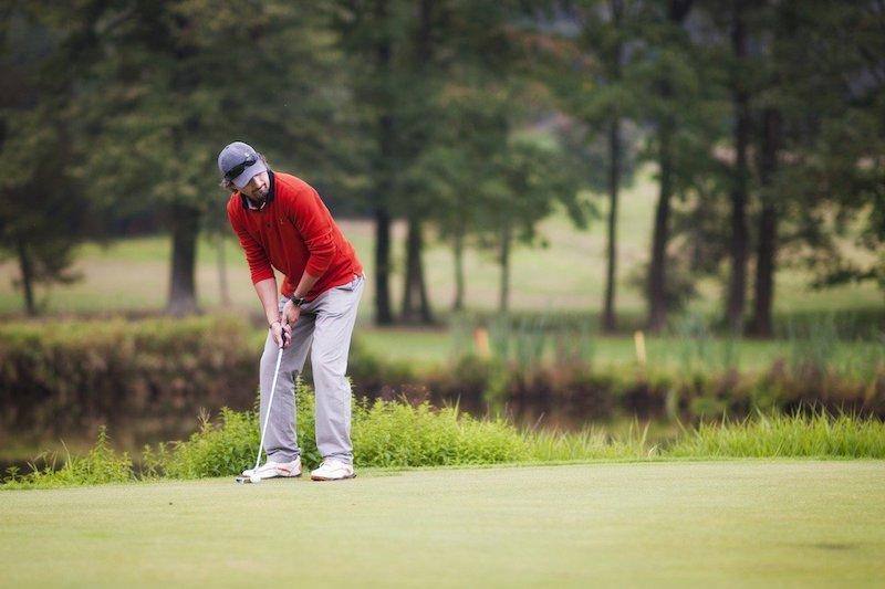 Golfspelare som spelar med Golfhäftet puttar