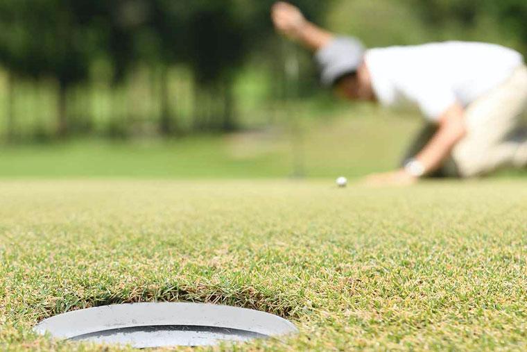 Golfare kollar puttlinje