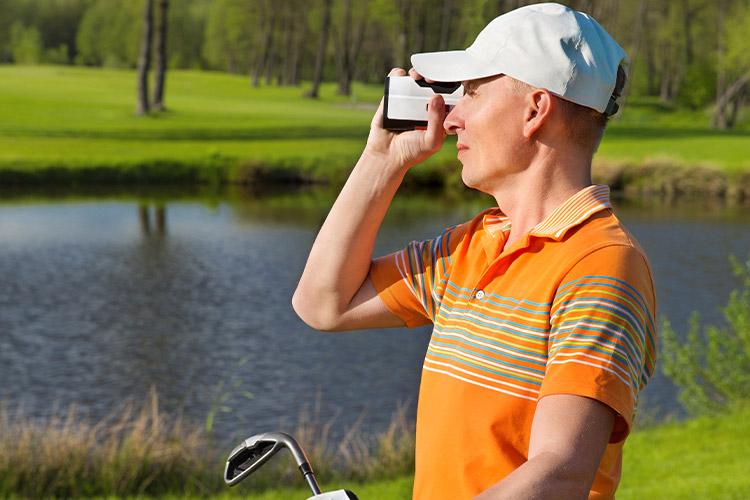 Man tittar i golfkikare